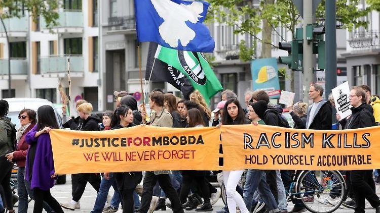 Teilnehmer einer Demonstration zum Tod eines Psychiatrie-Patienten im Universitätskrankenhauses Hamburg-Eppendorf. Foto: Bodo Marks