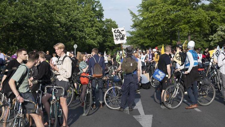 Demonstranten mit Fahrrädern auf dem Saatwinkler Damm, kurz vor der Zufahrt zum Flughafen Tegel. Foto: Paul Zinken