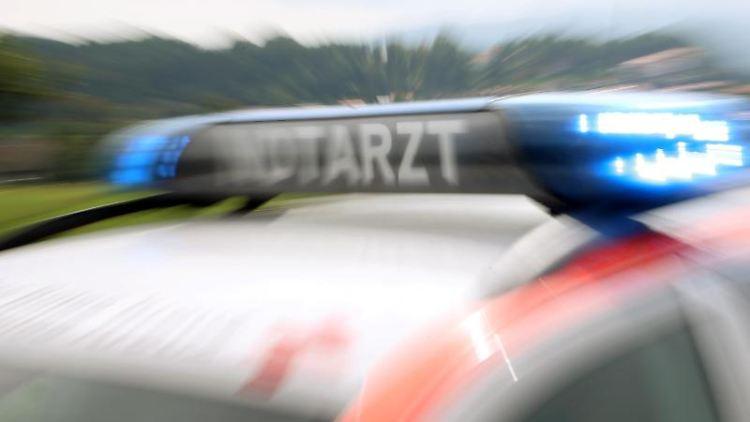 Ein Notarzteinsatzfahrzeug, aufgenommen mit Zoomeffekt. Foto: Stephan Jansen/Archivbild