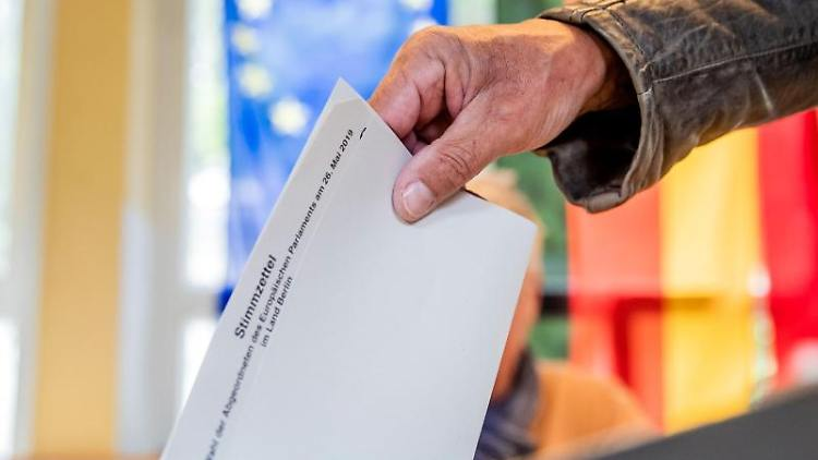 Ein Mann wirft seinen Stimmzettel in die Wahlurne. Foto: Michael Kappeler