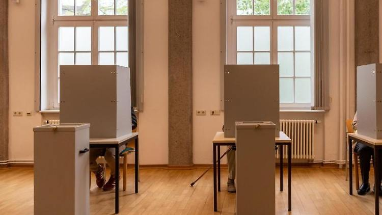 Ein Wahllokal. Foto: Robert Michael/Archivbild