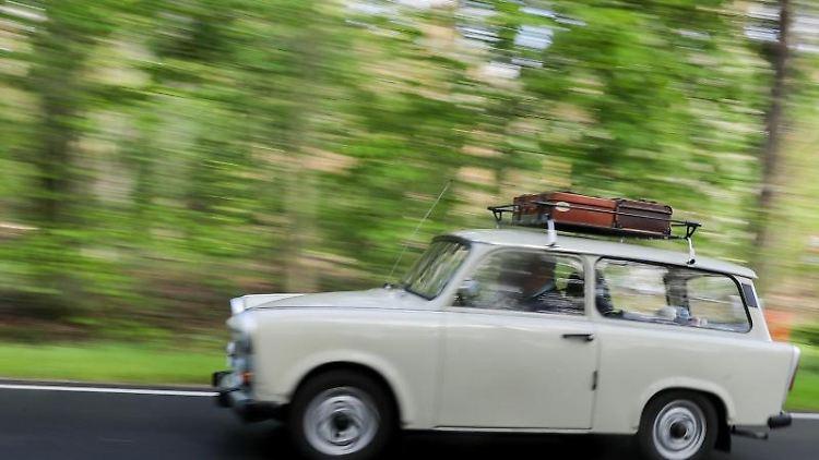 Ein Trabant 601 Deluxe Universal (Kombi) fährt über eine Landstraße bei Dessau. Foto: Jan Woitas/Archiv