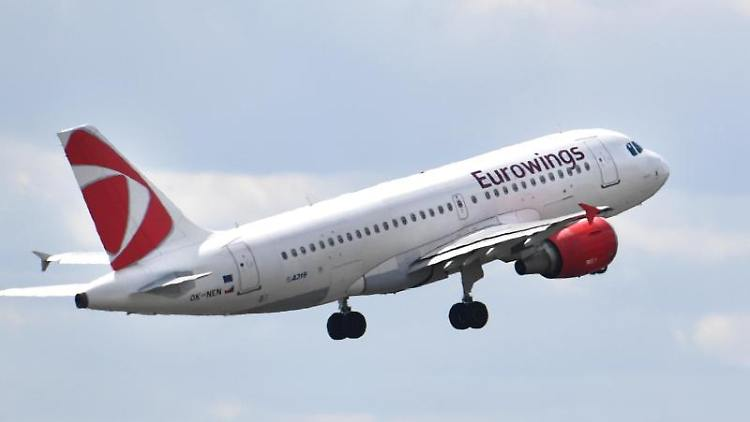 Ein Flugzeug der Airline Eurowings startet vom Flughafen Tegel. Foto: Monika Skolimowska/Archivbild