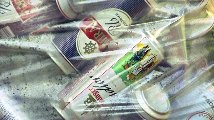 Getränkedosen, verpackt in einem Plastiksack. Foto:Karl-Josef Hildenbrand/Archiv