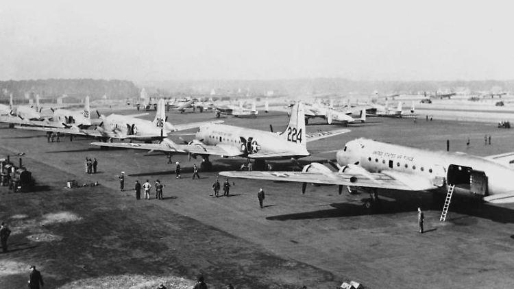 Zahlreiche Versorgungsflugzeuge nach der Landung auf dem Flugplatz in Berlin Gatow im Jahr 1948. Foto: UPI/Archivbild
