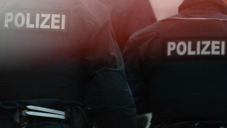 Polizisten stehen hinter einem Absperrband. Foto: Klaus-Dietmar Gabbert/Archivbild
