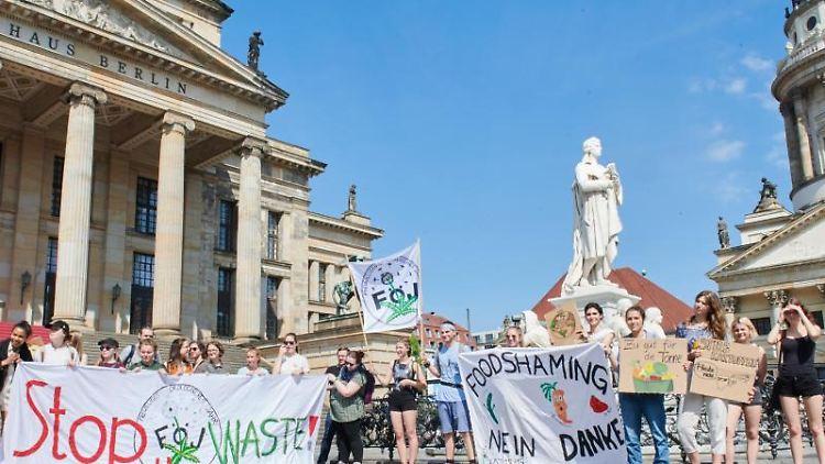 Aktive des Freiwilligen Ökologischen Jahres (FÖJ) demonstrieren gegen Lebensmittelverschwendung. Foto: Annette Riedl