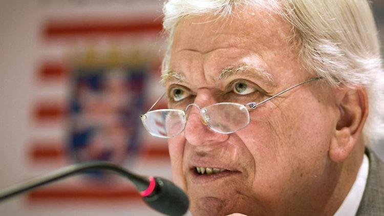 Volker Bouffier (CDU) bei einer Pressekonferenz in der Staatskanzlei. Foto: Frank Rumpenhorst