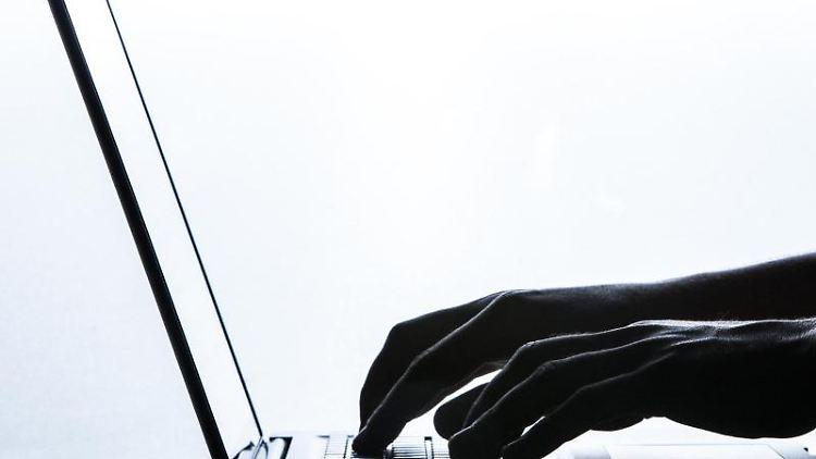 Ein Mann tippt auf einer Tastatur eines Laptops. Foto: Silas Stein/Archivbild