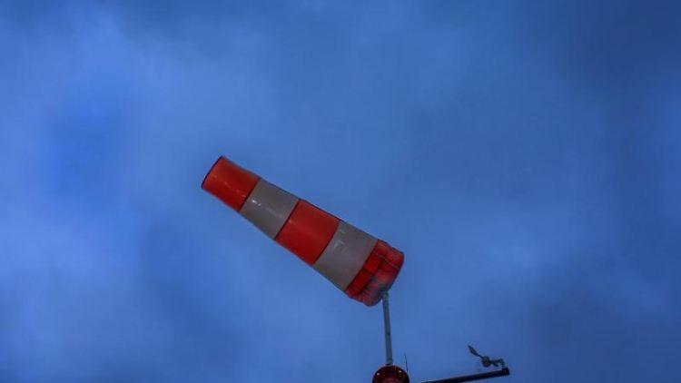 Ein Windsack flattert im Wind. Foto: Jens Büttner/Archivbild