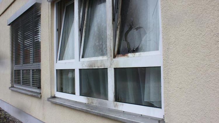 Blick auf ein beschädigtes Fenster der Flüchtlingsunterkunft. Foto: Zentralbild/Archiv