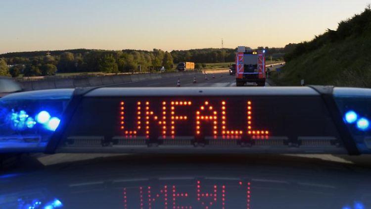 Auf einem Polizeiauto warnt eine Leuchtschrift vor einer Unfallstelle. Foto: Stefan Puchner/Archivbild
