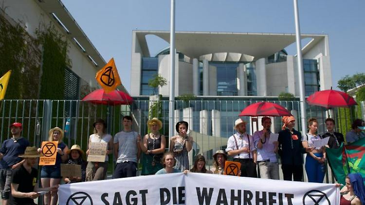 Aktivisten von Extinction Rebellion demonstrieren vor dem Bundeskanzleramt. Foto: Paul Zinken