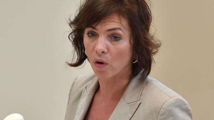 Susanna Karawanskij (Die Linke), Sozialministerin in Brandenburg, spricht in der Debatte des Landtages. Foto: Bernd Settnik