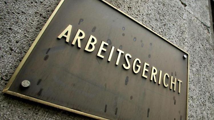 Das Foto zeigt das Schild am Arbeitsgericht Mönchengladbach. Foto: Roland Weihrauch/Archivbild