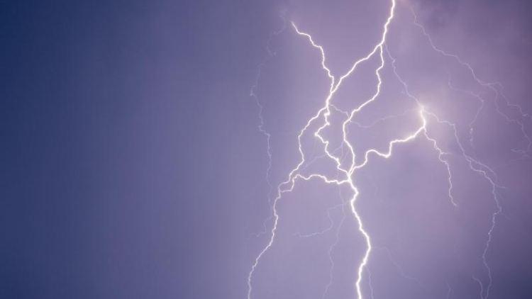 Blitze erhellen die Nacht. Foto: Patrick Pleul/Arhcivibld