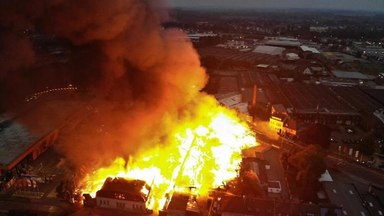 Helle Flammen schlagen aus einem Gebäudekomplex im Stadtteil Eicken (Luftaufnahme mit Drohne). Foto: Sascha Rixkens