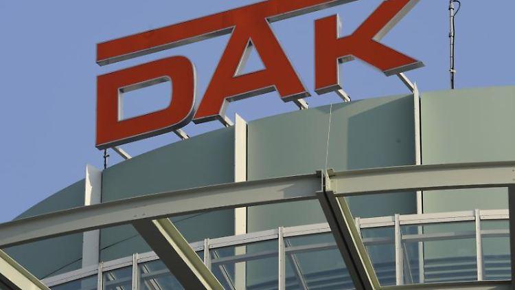 Das Logo der Deutschen Angestellten-Krankenkasse (DAK) ist auf einem Gebäude des Versicherers zu sehen. Foto: Lukas Barth/Archivbild