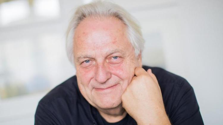 Helge Achenbach, ehemaliger Kunstberater, sitzt im Kunsthof. Foto: Rolf Vennenbernd/Archiv