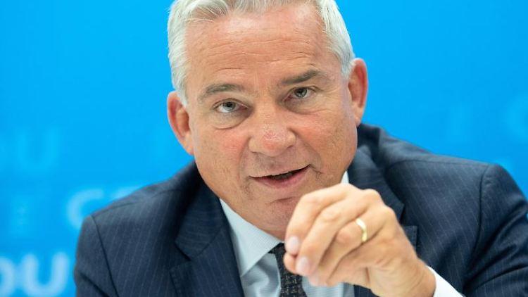 Innenminister Thomas Strobl (CDU) spricht während einer Pressekonferenz. Foto: Sebastian Gollnow/Archivbild