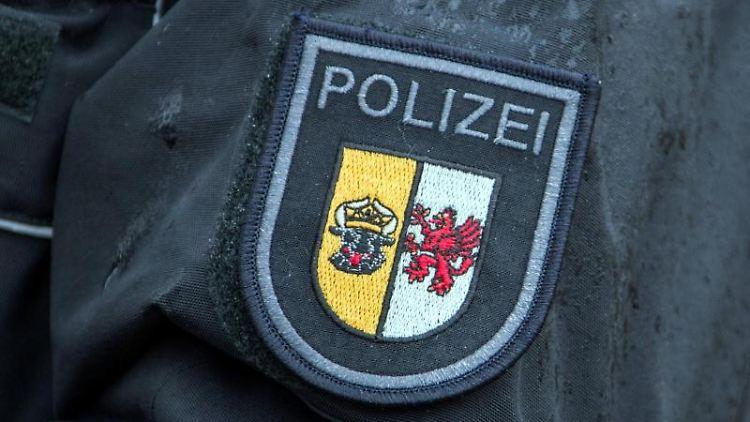 Das Dienstwappen der Polizei Mecklenburg-Vorpommern an der Uniform einer Polizistin. Foto:Jens Büttner/Archivbild