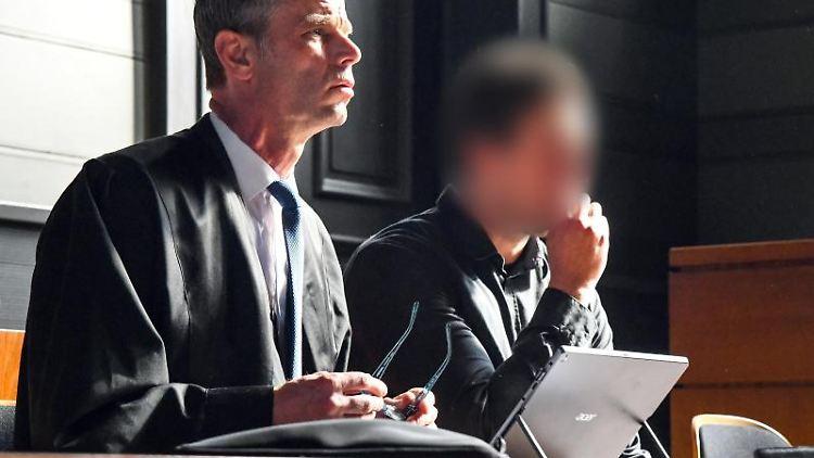 Der Angeklagte (r) sitzt im Verhandlungssaal des Amtsgerichts Potsdam neben seinemRechtsanwalt .Foto:JulianStähle