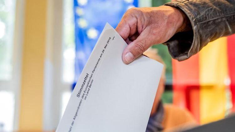 Ein Mann wirft seinen Stimmzettel für die Europawahl in die Wahlurne. Foto:Michael Kappeler/Archivbild