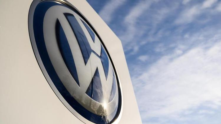 Auf dem Gelände des VW Werks steht ein Logo von Volkswagen. Foto: Christophe Gateau/Archivbild