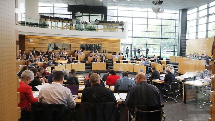 Abgeordnete sitzen bei der Sitzung des Thüringer Landtages im Plenarsaal. Foto:Bodo Schackow