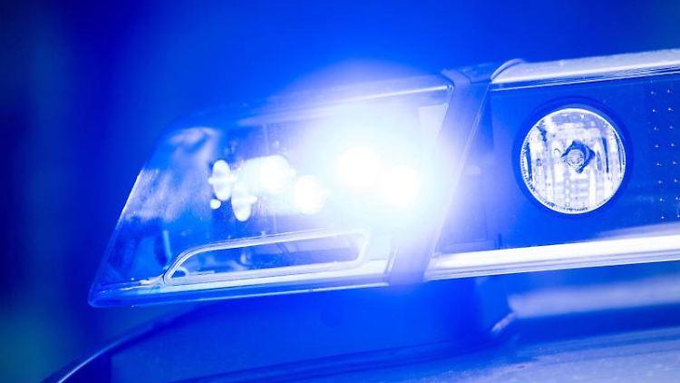 Das Blaulicht auf einemPolizeifahrzeug leuchtet.Foto:Lino Mirgeler/Archivbild