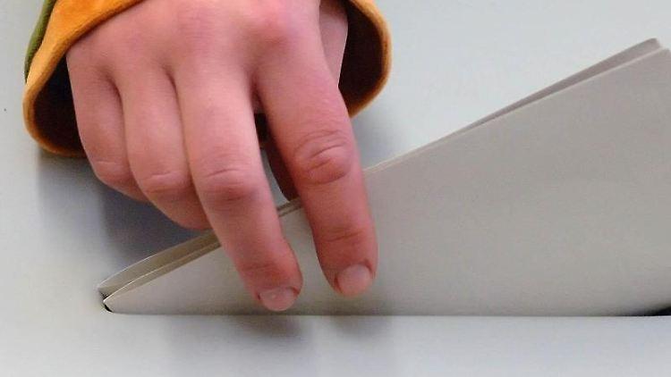 Eine jugendliche Hand steckt einen Stimmzettel in eine Wahlurne. Foto: Peter Endig/Archivbild