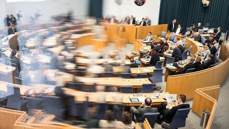 Die Abgeordneten sitzen im Landtag Rheinland-Pfalz. Foto: Andreas Arnold/Archivbild