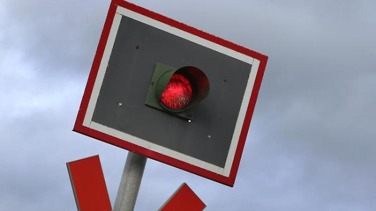Eine Ampel an einem beschrankten Bahnübergang zeigt Rot. Foto: Karl-Josef Hildenbrand/Archivbild