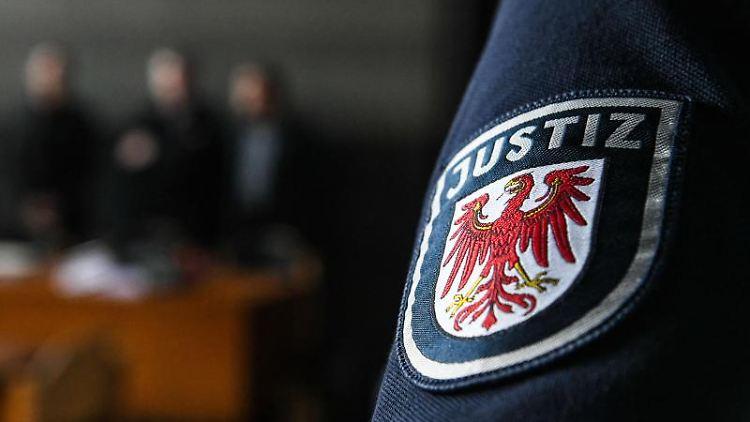 Ein Justiz-Mitarbeiter steht im Verhandlungssaal des Amtsgerichts Potsdam beimProzess gegen einen Polizisten. Foto:Julian Stähle