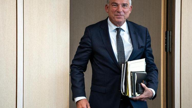 Thomas Strobl (CDU), Parteivize und baden-württembergischer Vize-Regierungschef, hält Akten in der Hand. Foto: Fabian Sommer/Archiv
