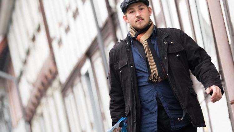 Das Mitglied der Jungen Alternative, Lars Steinke, geht an Fachwerkhäusern vorbei. Foto:Swen Pförtner/Archivbild