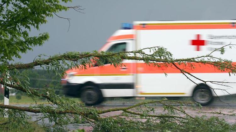 Ein Rettungswagen fährt über eine Straße. Foto: Karl-Josef Hildenbrand/Archivbild
