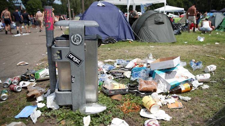 Müll liegt auf dem Boden auf dem Gelände des Open-Air-Festivals