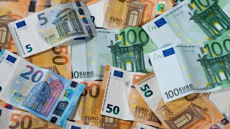Geldscheine liegen auf einemTisch. Foto: Jens Büttner/Archivbild