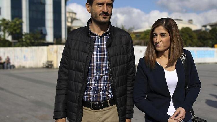 Mesale Tolu (links) kommt in Begleitung ihres Ehemannes Suat Corlu (rechts) zu einer Verhandlung. Foto: Emrah Gurel/AP/Archivbild