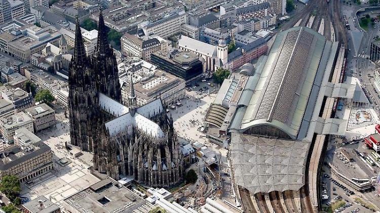 Der Dom und der Hauptbahnhof fotografiert aus der Luft. Foto: Oliver Berg/Archivbild