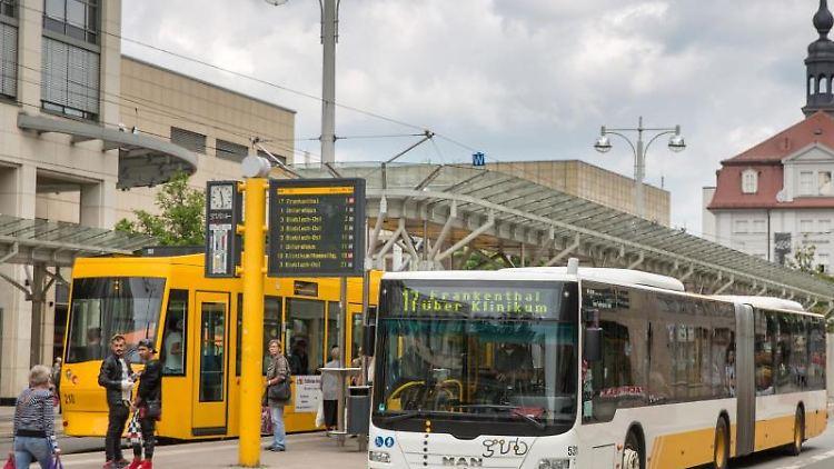Eine Straßenbahn hält neben einem Bus. Foto: arifoto UG/Archivbild