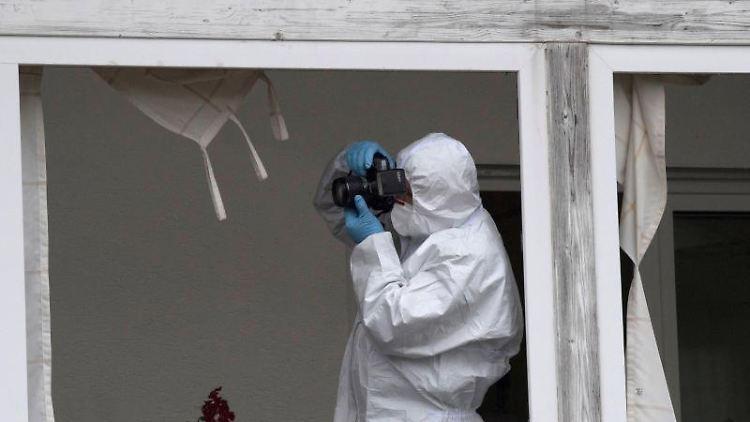 Experten der Spurensicherung untersuchen ein Haus in Laubach-Gonterskirchen. Foto: Boris Roessler/Archivbild