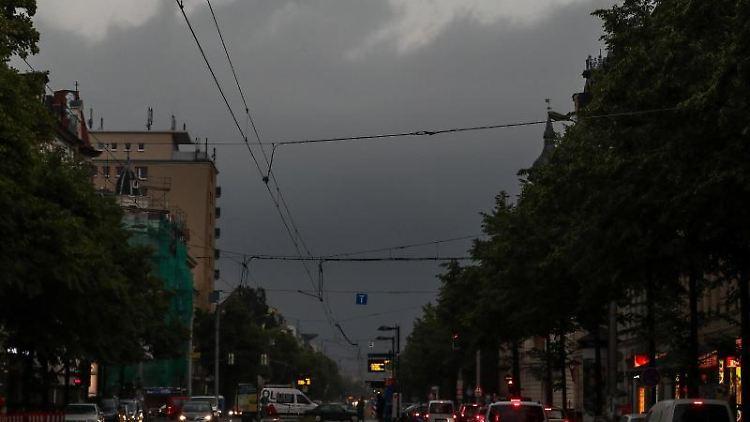 Gewitterwolken verdunkeln am Nachmittag die Wolken über dem Leipziger Süden. Foto: Jan Woitas
