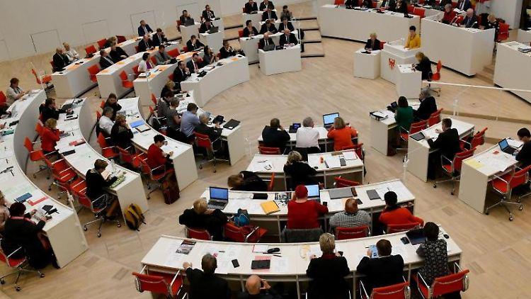 Die Parlamentarier sitzen während der Landtagssitzung im Plenarsaal. Foto: Bernd Settnik/Archivbild