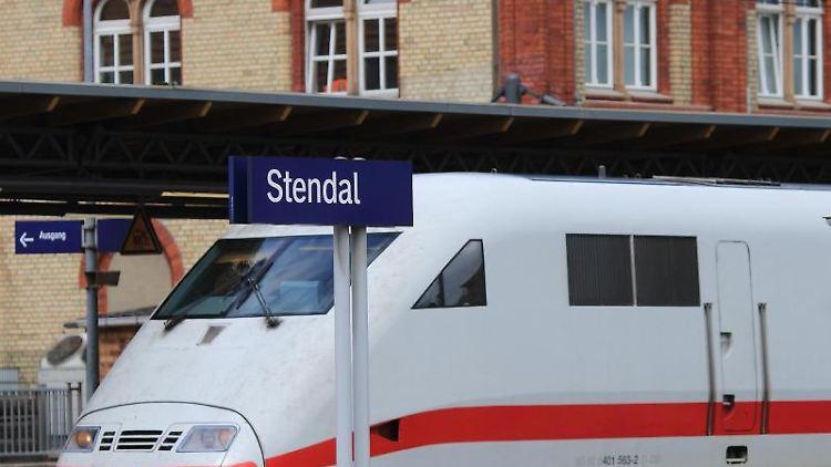 Ein InterCity Express der Deutschen Bahn AG steht im Hauptbahnhof in Stendal. Foto: Jens Wolf/Archiv