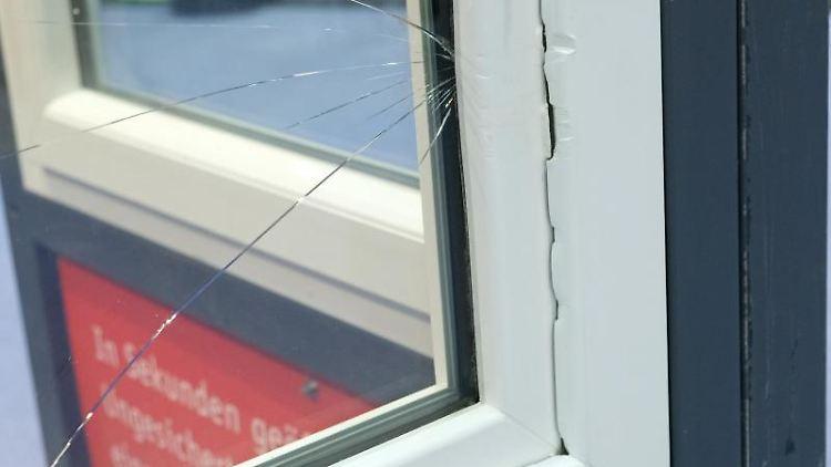 Ein Fensterrahmen mit Einbruchsspuren und einer gesplitterten Scheibe ist auf der Messe