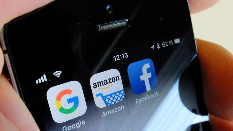 Die Logos der US-Internetkonzerne Google (l-r), Amazon und Facebook sind auf dem Display eines iPhone zu sehen. Foto:Stefan Jaitner/Archiv