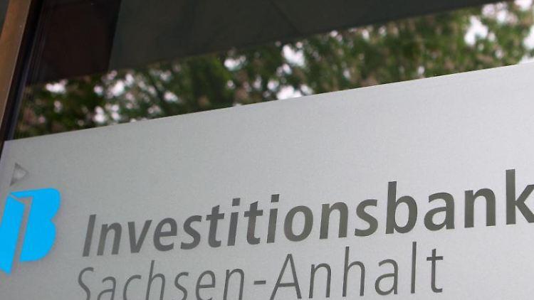 Blick auf den Schriftzug und das Logo der Investitionsbank Sachsen-Anhalt (IB). Foto: Jens Wolf/dpa/Archiv
