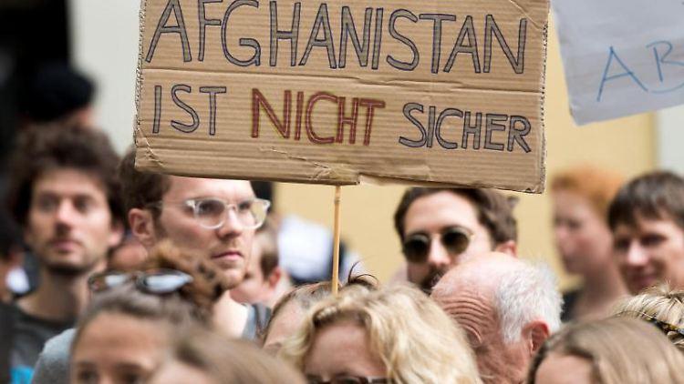Flüchtlingsorganisationen protestieren gegen Abschiebepläne des Bundes. Foto: Alexander Heinl/dpa/Archiv